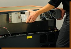 レーザー発振器の交換の様子