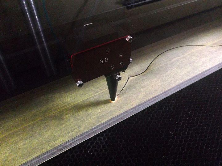 レーザー加工機で木を加工中の様子