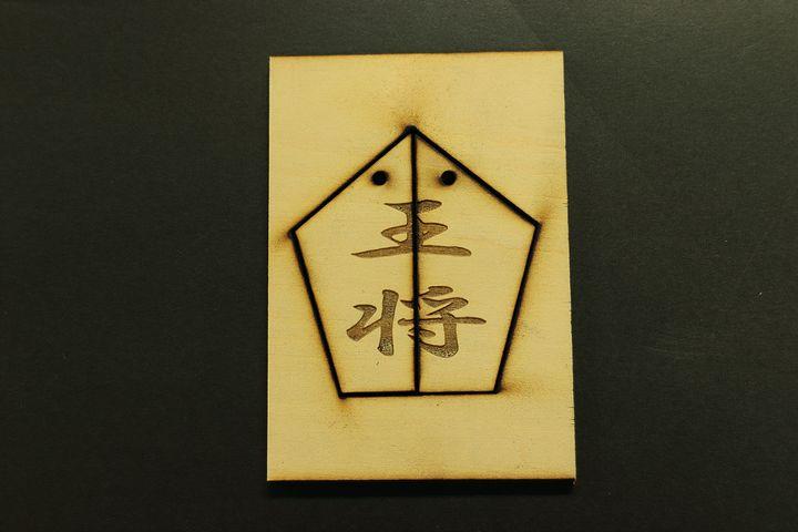 合板(ベニヤ)のレーザー彫刻と切断の加工例01