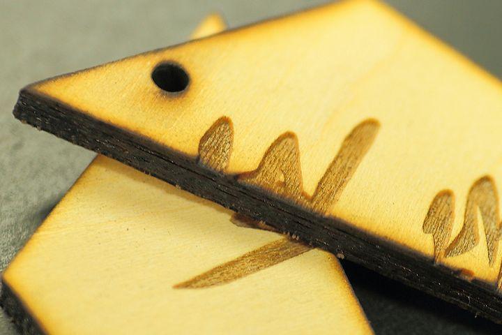 合板(ベニヤ)のレーザー彫刻と切断の加工例03