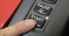 レーザー加工機のスタートボタン