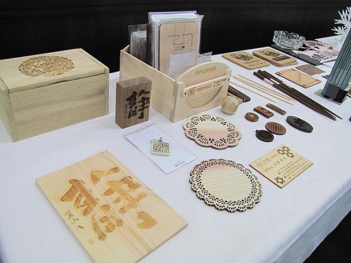 ヨコハマシステムズ2014大阪展示会場の様子-レーザー加工サンプル-木加工品