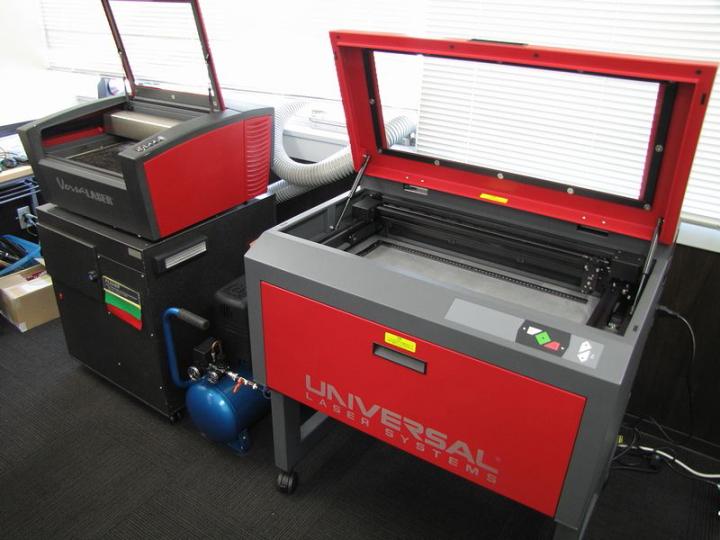 ヨコハマシステムズ2014大阪展示会場の様子-レーザー加工機のデモ機