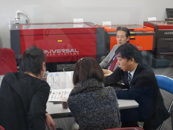 2015年1月ヨコハマシステムズ展示会-お客様との商談の様子