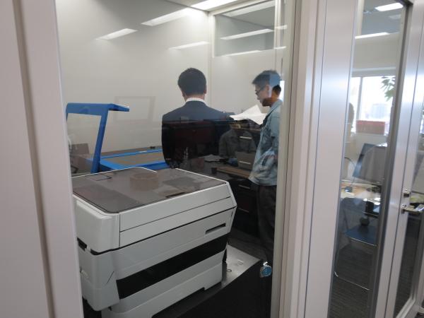 2015年1月ヨコハマシステムズ展示会-レーザー加工機のデモンストレーションの様子