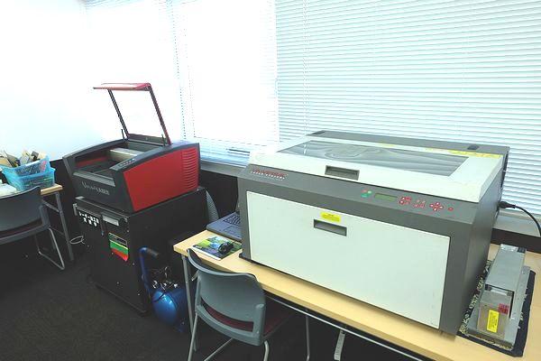 ヨコハマシステムズ大阪展示会の会場のレーザー加工機