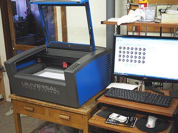 内田工芸所様のユニバーサルのレーザー加工機VLS2.30