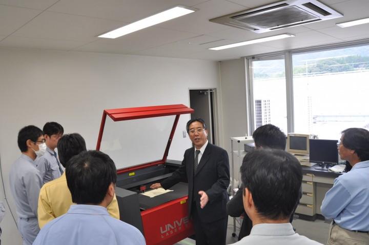 レーザー加工機の説明を実施するヨコハマシステムズ川田大阪支店長